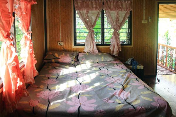 ліжко в будиночку