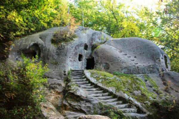 Печерний монастир у Розгірчому