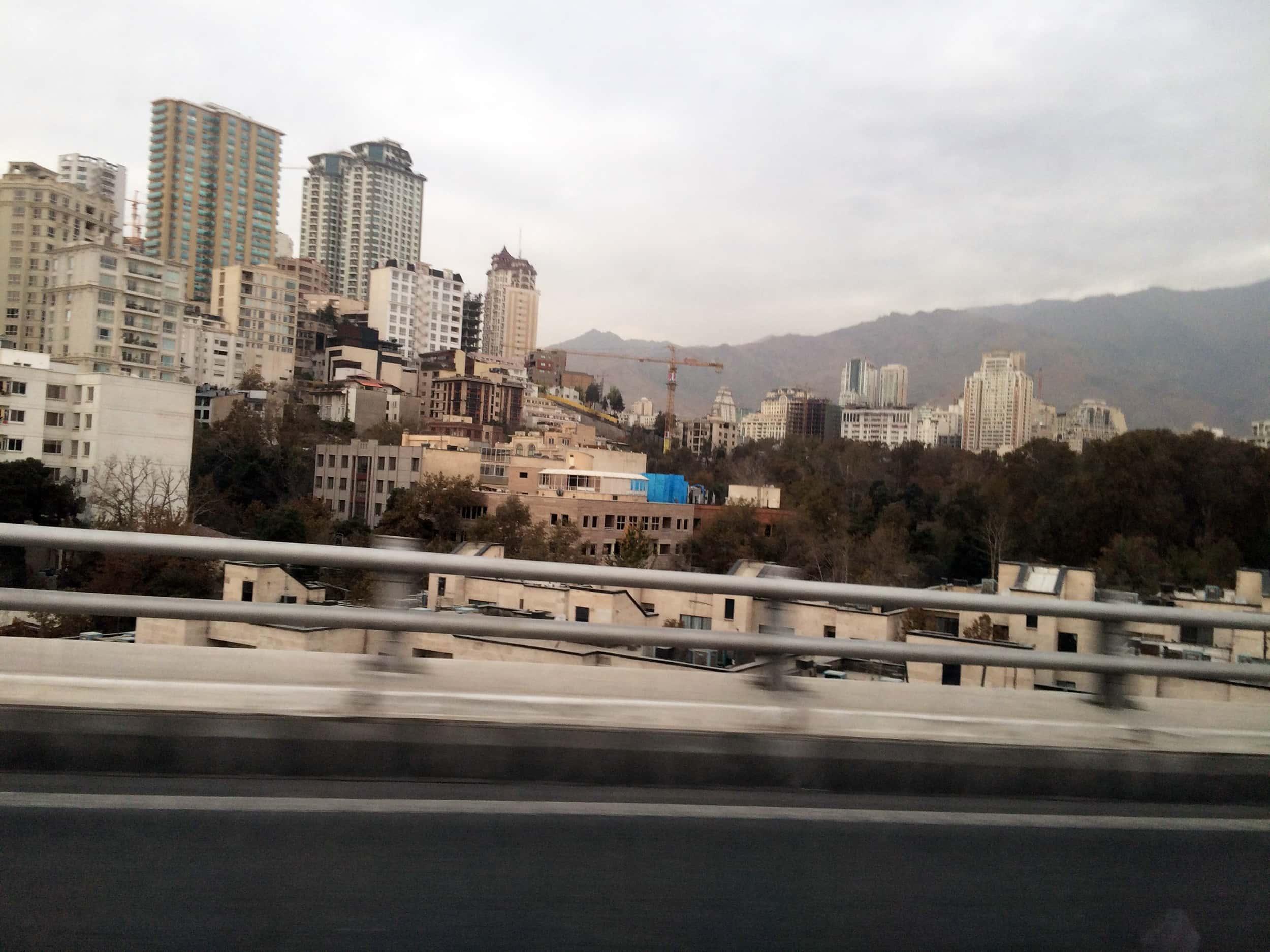 Тегеран. Фото міста під горами