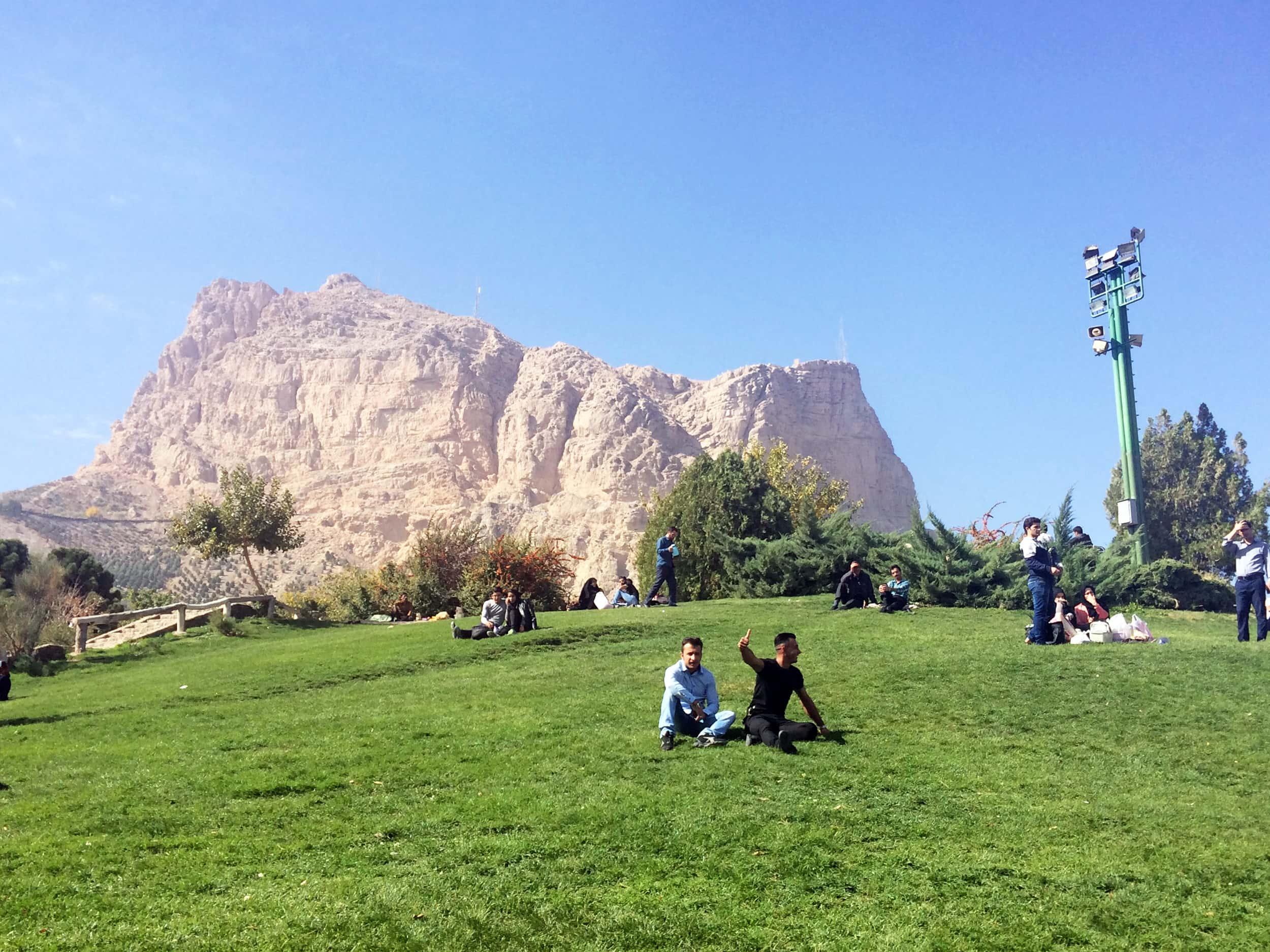 Ісфахан. Люди в парку на килимах