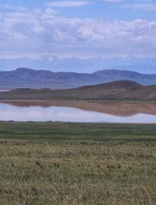 Озеро Тузколь та вершини Тянь-Шаню